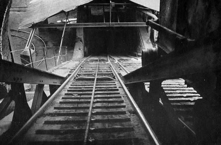Partie terminale du plan incliné de la mine, c'est-à-dire le lieu d'arrivée des skips d'extraction.