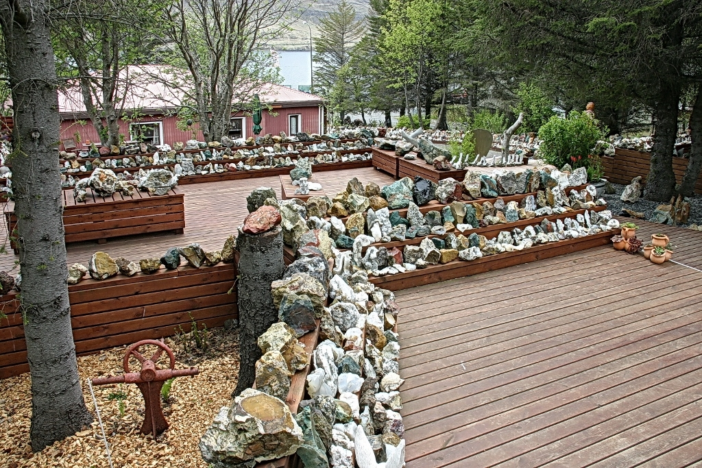 10- Sans doute le plus émouvant des endroits visités, découvert par hasard près de notre route, le jardin-musée de Petra Sveinssdotir à Sunnuhlid. Elle y a conservé tous les minéraux trouvés au hasard de ses promenades pendant toute sa vie.