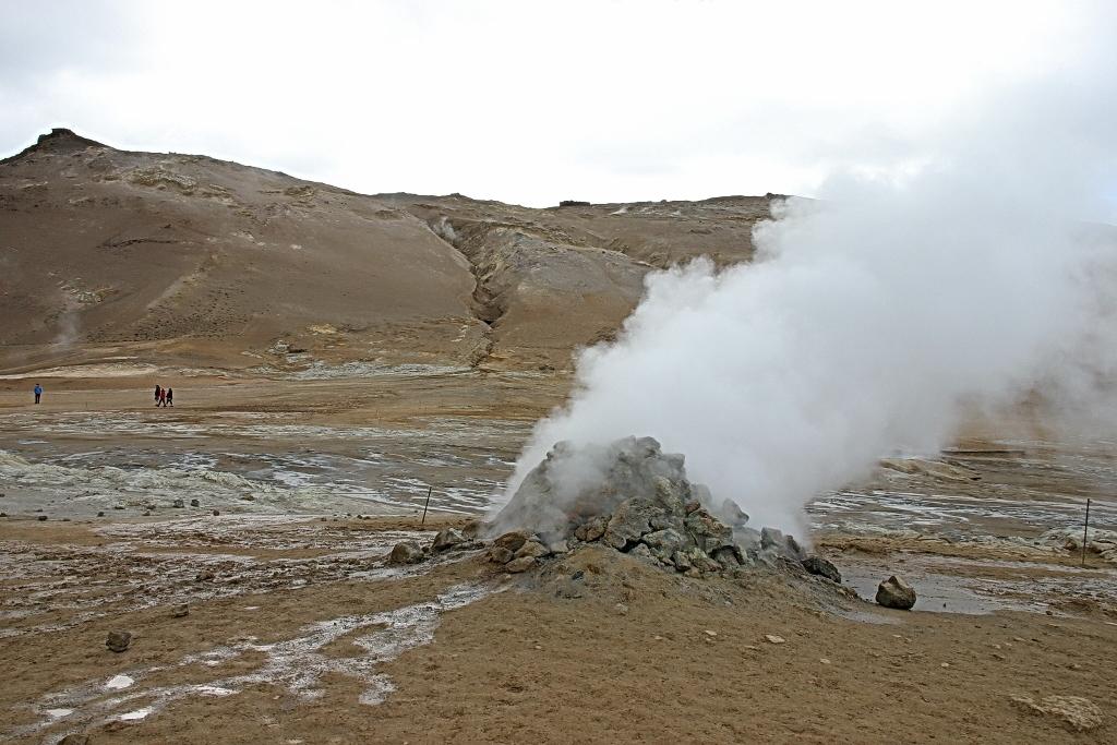 12- Hverir près du Lac Myvatn, on trouve ces cheminées par où sortent sous pression des vapeurs d'eau chargées de soufre
