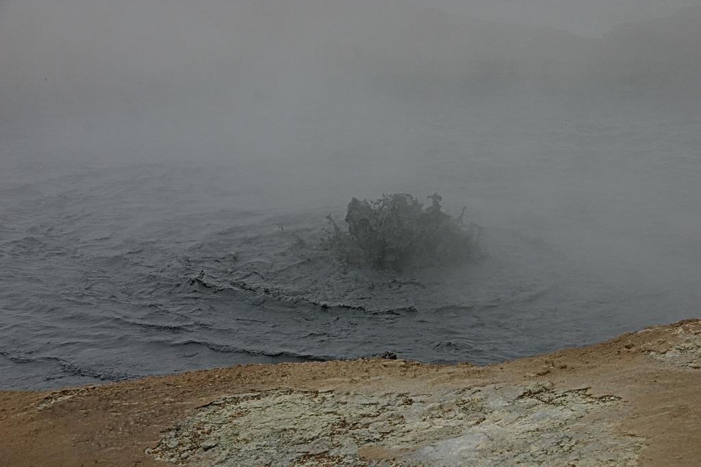 13- A Hverir encore, de la boue grisâtre mijote sans répit