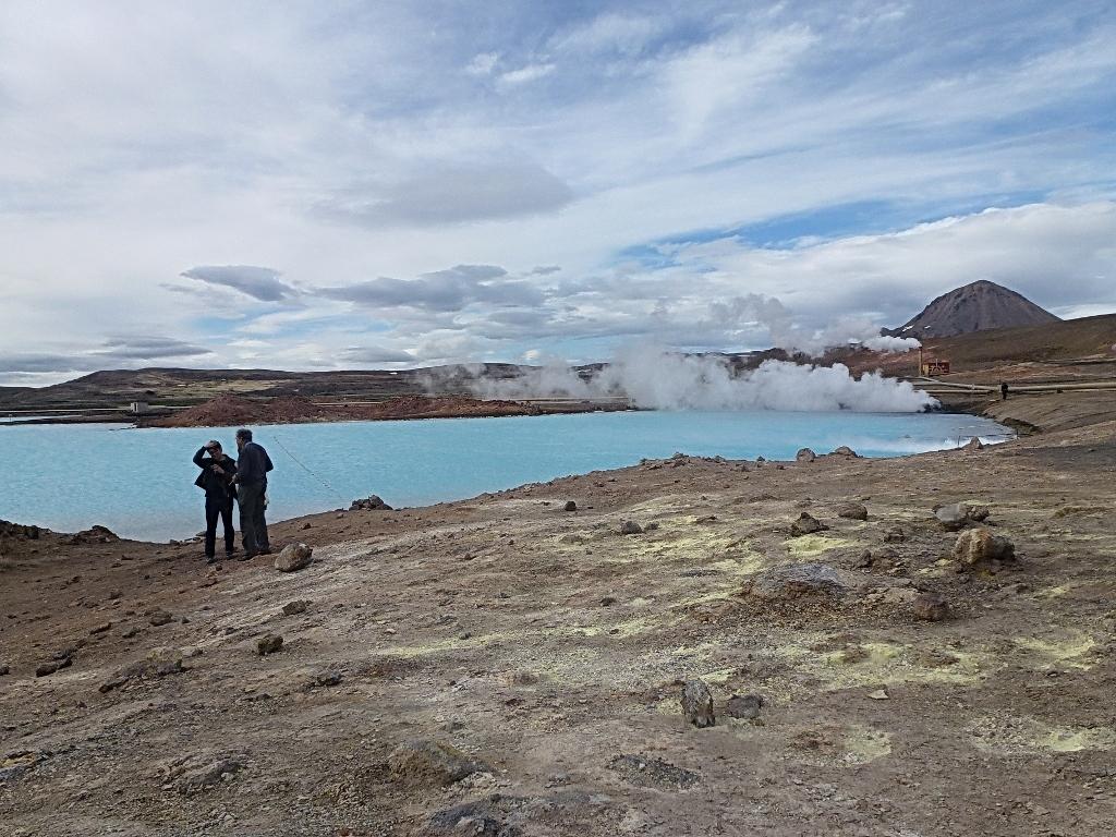 16- Hverir, un lac d'un joli bleu inciterait à la baignade si ce n'est l'eau bouillante et l'acide sulfurique qu'elle contient