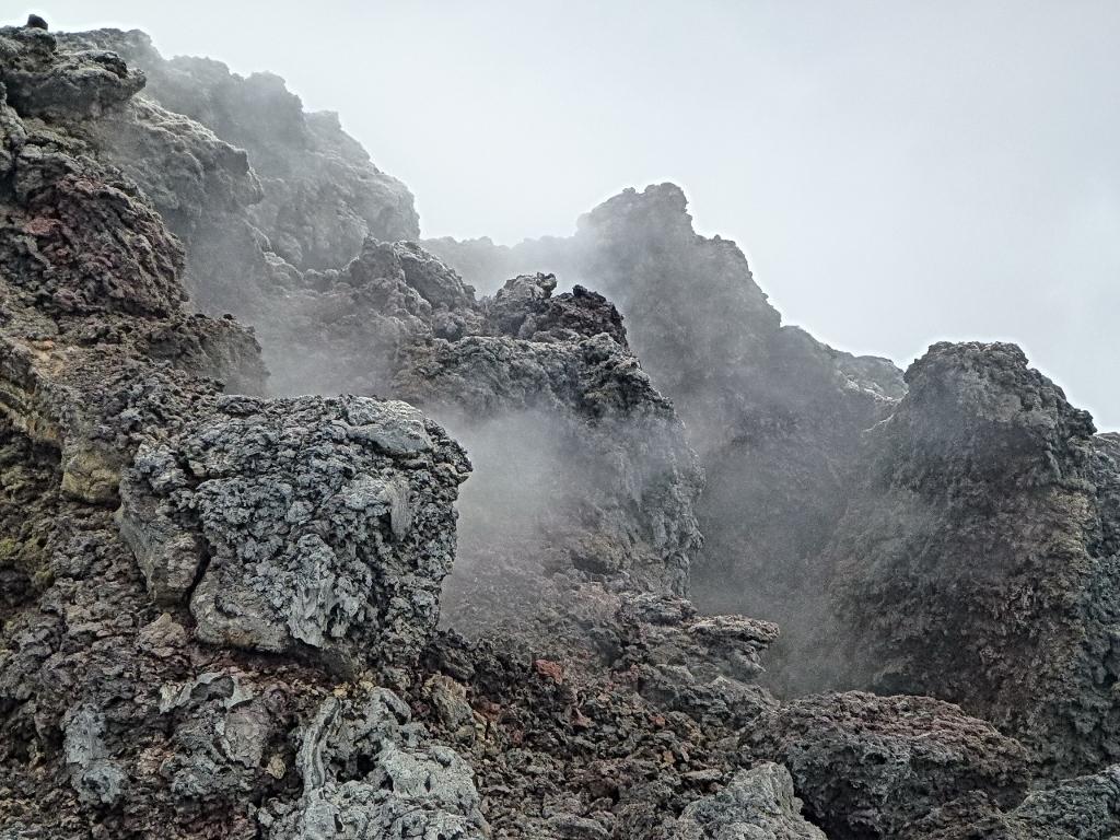 20- A Leirhnjûkur, immenses champs de laves, parfois très récentes, qu'il faut traverser à pied pour atteindre les chutes de Dettifoss