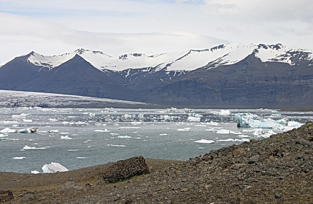 6- A Jokulsarlon les glaciers se jettent directement dans la mer en y dispersant de nombreux icebergs