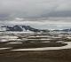 18- Au nord-est du Lac de Myvatn, Krafla où stagne, en juin, la neige et l'eau omniprésentes. Au 20èmesiècle, le volcan de Krafla est entré en éruption en 1975, 1977, 1980. En 1981 une des deux éruptions a interrompu le trafic aérien en Europe.