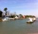 Barraques et barges ostréicoles le long du chenal qui relie Marennes à la Seuldre