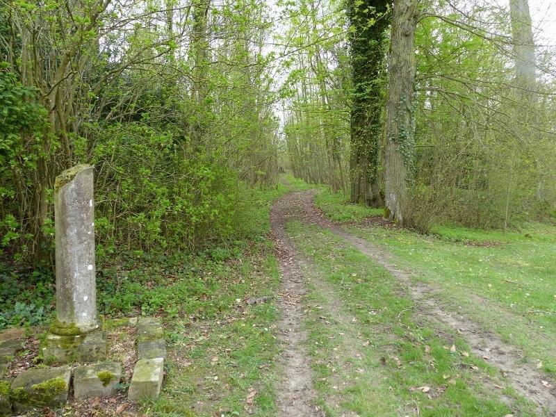 Stèle à l'entrée du chemin qui mène à la falunière