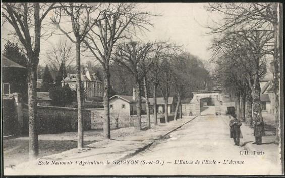 Grignon - L\'avenue qui mène à l\'école; le pigeonnier à gauche