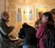 Au pigeonnier, Hervé intéresse le public aux fossilles à travers une Binoculaire - Photo Claude HY