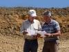 Lecture de la coupe stratigraphique. Photo Christian B.