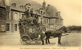 Le départ pour la gare. La Gare de Plaisir-Grignon a été construite à l'occasion du Congrès International de Géologie en 1900. Carte postale ancienne.