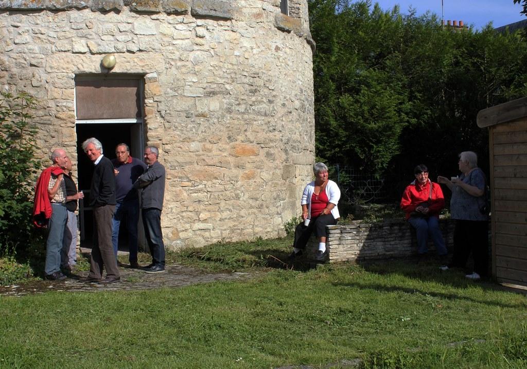 Bain de soleil devant le pigeonnier en attendant les autres participants - Photo JMP