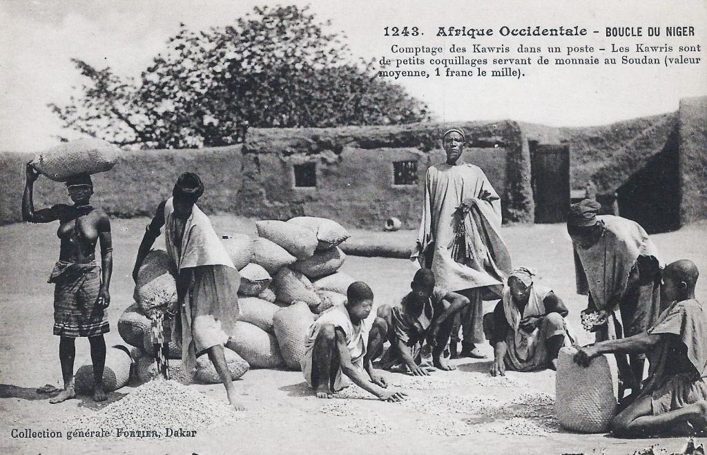 Comptage des Kawris dans un poste Boucle du Niger- crédit François-Edmond Fortier (1905) Wikipedia