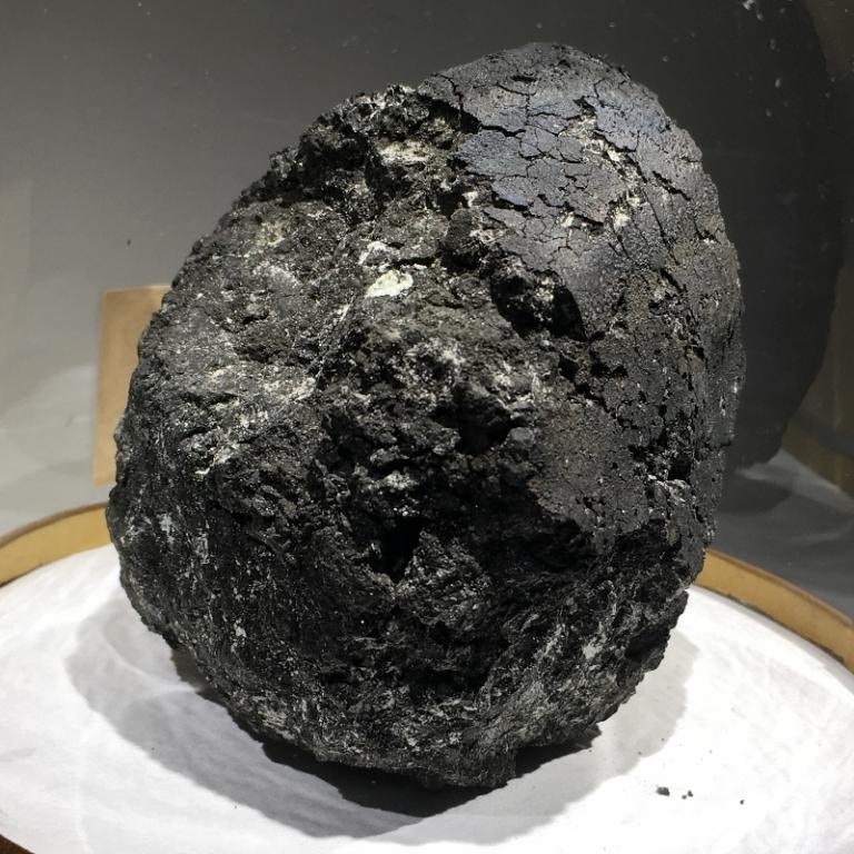 Chondrite carbonée. Météorite Orgueil tombée en 1864 en France. Sa composition chimique proche de celle du soleil viendrait d'une comète et en fait une des météorites les plus étudiées au monde.