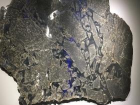 Chondrite ordinaire. Météorite 'Valley' tombée en 1998 aux USA. Ses veines de métal  ont été formées lors d'un impact de son astéroïde parent avec un autre astéroïde