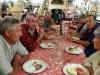 Le repas du soir. Daniel, Jacques, Colette, Christian, Jean Michel, Hélène, Claude, Nadine et Jacqueline.... derrière l\'appareil photo.