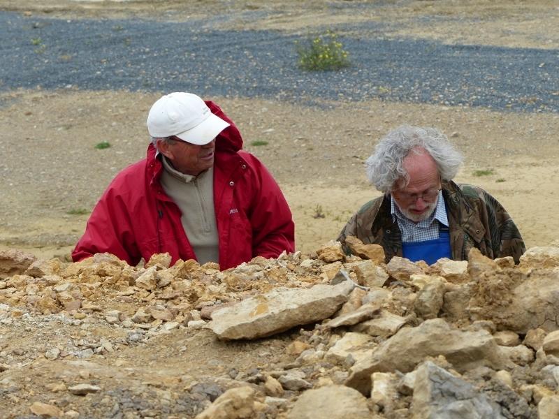 Jean Pierre et Jacques à l\'oeuvre dans le filon de bois fossile repéré par Jean Pierre