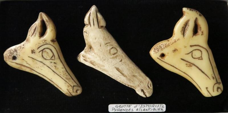 Têtes de cheval - Figure du centre provenant de la grotte d'Isturitz (64). Les autres sont de provenance inconnue.