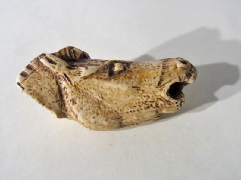 Tête de cheval hennissant. Bois de renne sculpté découverte dans le Mas d'Azil (09) - Magdalénien 15000 BP