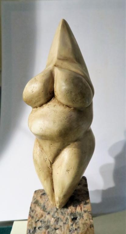 """Statuette féminine dite """"Vénus de Savignano"""" taillée dans un bloc de stéatite, découverte en 1925 près du village de Savignano sul Panaro (province de Modène - Italie) - vers 15000 BP - H=23 cm"""