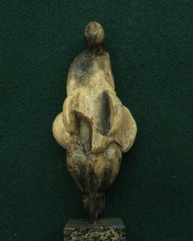 """Statuette féminine dite """"Venus de Lespuge"""", en d'ivoire de mammouth, découverte en 1922 dans la grotte des Rideaux, à Lespugue en Haute-Garonne. Vers 23000 BP - H=15cm"""