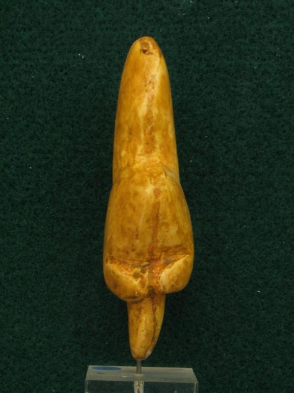 """Statuette féminine dite """"La Vénus de Tursac"""", taillée dans un bloc de calcite ambrée découverte en 1959 à Tursac (Dordogne) commune voisine de Sireuil - Gravettien 24000 BP - H= 80 mm,"""