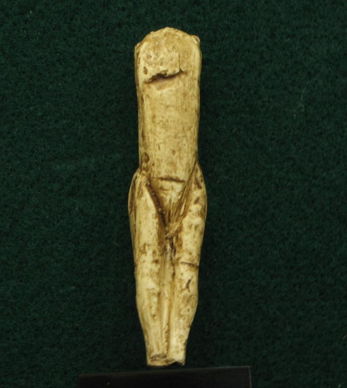 """Statuette féminine dite """"Vénus impudique"""" en ivoire de mammouth, découverte en 1864 par le Marquis de Vibraye sur le site de Laugerie basse aux Eyzies de Tayac (Dordogne) - 24000 BP - H= 80 mm"""