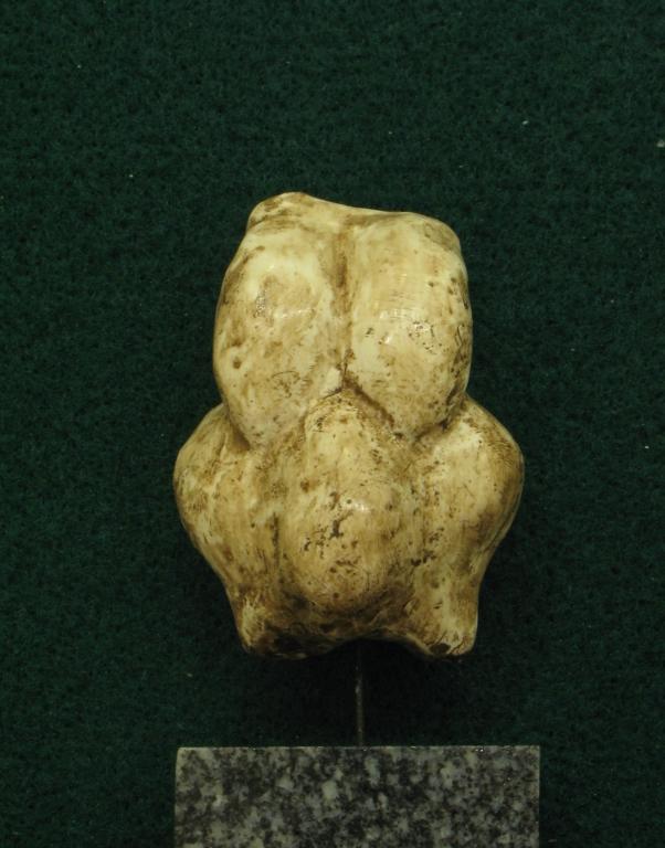 """Statuette féminine dite """"manche de poignard"""", en ivoire de mammouth, découverte par Edouard Piette dans la grotte du Pape à Brassempouy (Landes) - Gravettien vers 25000 BP - H=10 cm"""