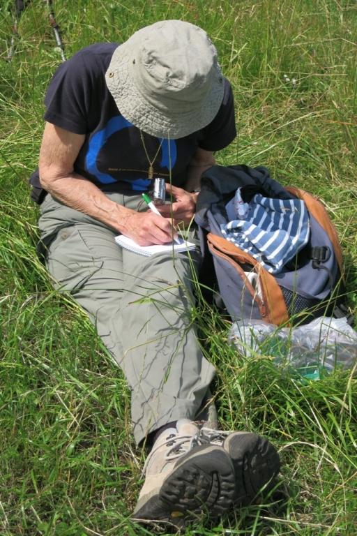 DP_Dolomites de Gerolstein,Papenkaule, Brigitte prend des notes