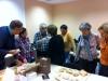 Discussion autour des ammonites apportées par Hélène et Jacques. Photo Jacques