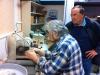 Enlèvement de la gangue d\'une ammonite de Jean Michel par Michel, sous l'œil intéressé de Claude. Photo Jacques
