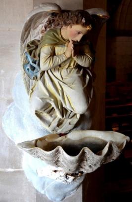 Eglise de Domart-en-Ponthieu : chaque tridacne est surmontée d\'un ange adorateur