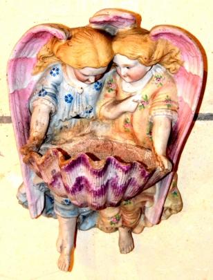 Eglise de Mouchy-Lagache : une valve de tridacne soutenu par des anges.