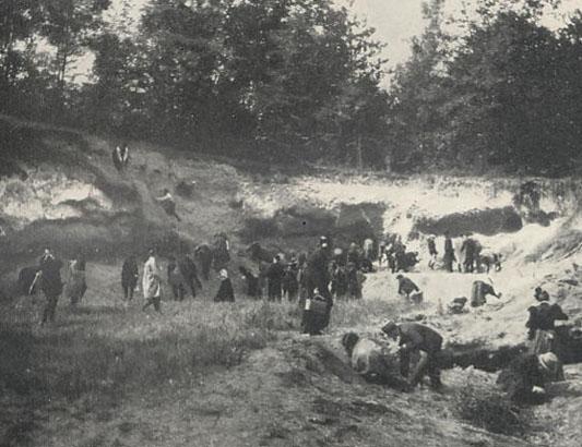 Visite des membres du Congrès Géologique en 1900 à la Falunière du Parc de l'Ecole Nationale d'Agriculture de Grignon. Photo S.Meunier 1912.