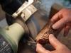Opération d'abatage d'arête au tour à meuler
