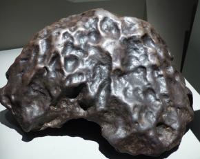 Météorite de fer possède également une surface lustrée et exhibant de nombreuses dépressions ovales (regmaglyptes). Tamentit, Algérie 1864