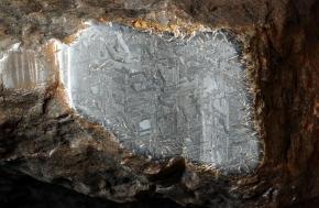Sur une découpe de la météorite 'Ahnighito' apparaît la structure Widmanstätten - Photo AMNH