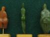 """A droite, statuette en stéatite verte dite """"losange"""" découverte dans les grottes de Grimaldi (Ligurie/Italie). Gravettien vers 25000 BP - H=7cm"""
