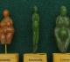 """A gauche, statuette en stéatite jaune dite """"Venus de Menton"""" découverte dans les grottes de Grimaldi (Ligurie/Italie). Gravettien vers 25000 BP - H=5 cm"""
